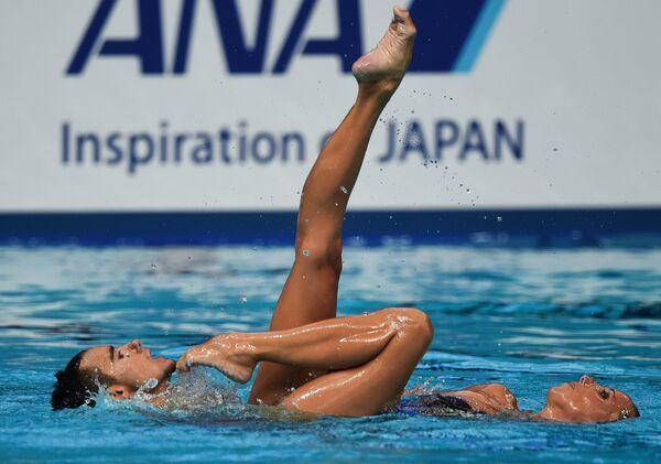 Хемма Менгуаль и Пау Рибес (Испания) выступают с произвольной программой в предварительном раунде соревнований по синхронному плаванию среди смешанных дуэтов