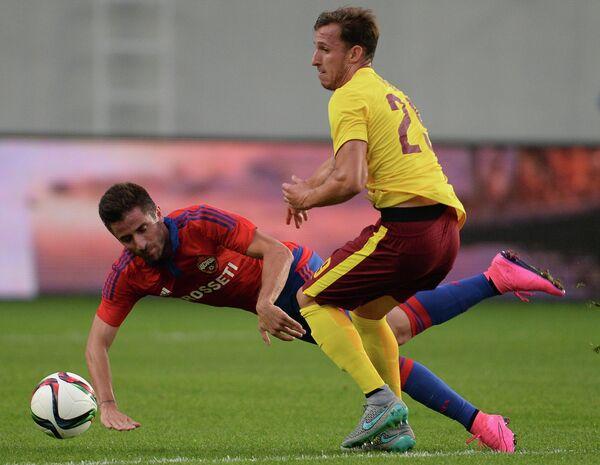 Хавбек ЦСКА Зоран Тошич (слева) и защитник Спарты Матей Гибш
