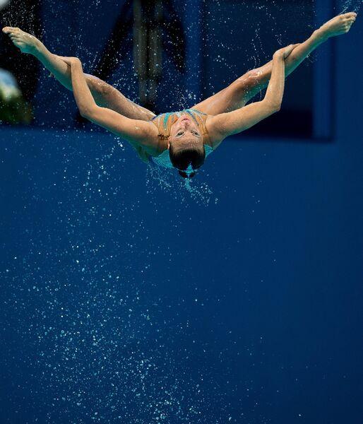 Спортсменка сборной России выступает с произвольной программой в предварительном раунде групповых соревнований по синхронному плаванию на XVI чемпионате мира по водным видам спорта в Казани