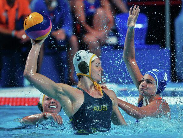 Ватерполистка сборной Австралии Кешья Гоферс (слева) и игрок сборной Нидерландов Мод Мегенс