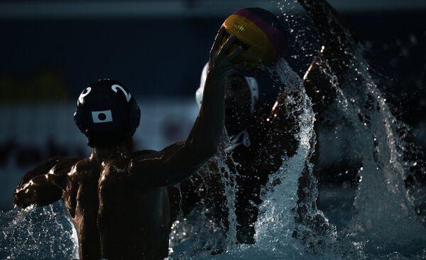 Слева: Шота Казуи (Япония) в матче первого предварительного раунда по водному поло среди мужчин между сборными Сербии и Японии