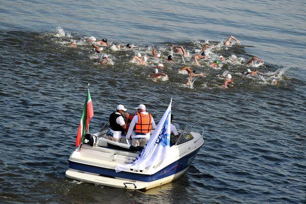 Спортсмены на дистанции 25 км на открытой воде