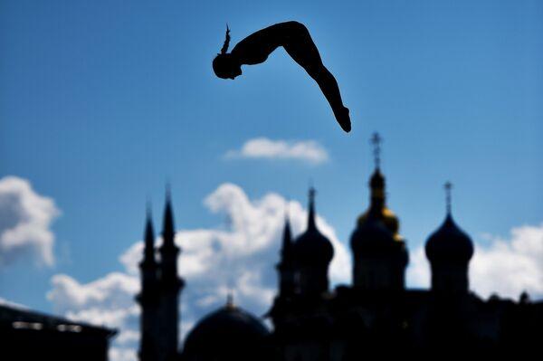 Спортсменка во время тренировок перед соревнованиями по прыжкам в воду на XVI чемпионате мира по водным видам спорта в Казани