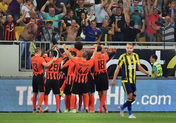 Футболисты Шахтера радуются забитому голу