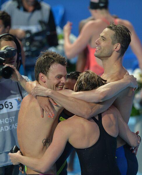 Спортсмены сборной Нидерландов во время смешанной эстафеты 4х100 м вольным стилем