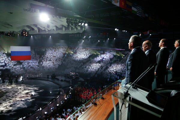 Премьер-министр России Дмитрий Медведев (второй справа) на церемонии закрытия XVI чемпионата мира по водным видам спорта в Казани