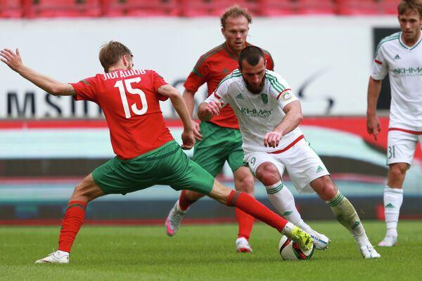Защитник Локомотива Арсений Логашов (слева) и нападающий Терека Заур Садаев