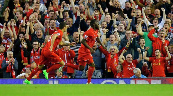 Футболисты Ливерпуля Кристиан Бентеке (справа) и Деян Ловрен празднуют забитый гол