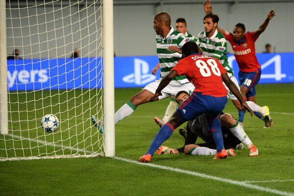 Форвард ЦСКА Сейду Думбия (на первом плане) забивает гол в ворота Спортинга