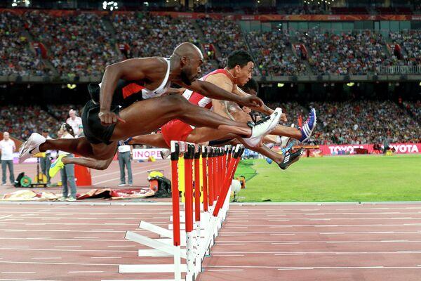 Спортсмены в полуфинальном забеге на 110 метров с барьерами среди мужчин на чемпионате мира 2015 по легкой атлетике в Пекине
