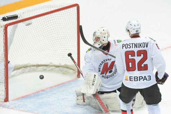 Вратарь Металлурга Андрей Кареев (слева) и защитник Металлурга Виктор Постников