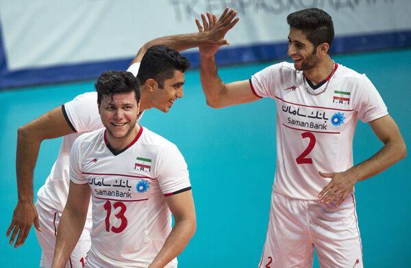 Игроки сборной Ирана Мехди Мандави, Моджтаба Мирзаджанпур, Милад Эбадипур Гара (лева направо) радуются забитому мячу