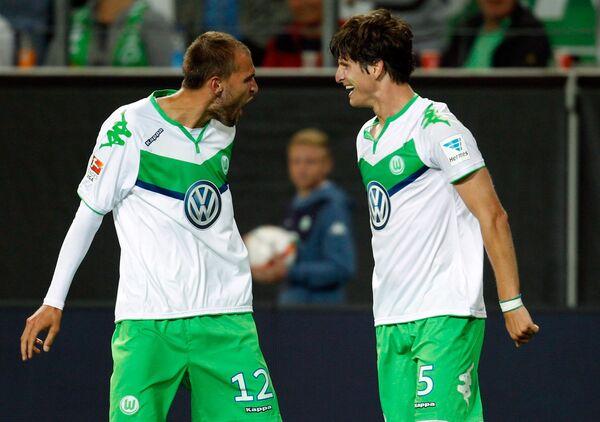 Футболисты Вольфсбурга Бас Дост и Тимм Клозе (справа)