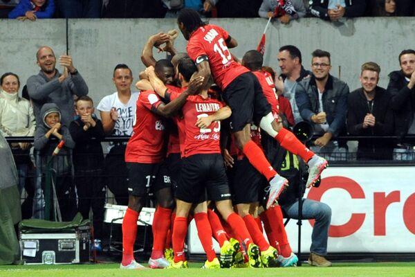 Футболисты Генгама радуются забитому голу