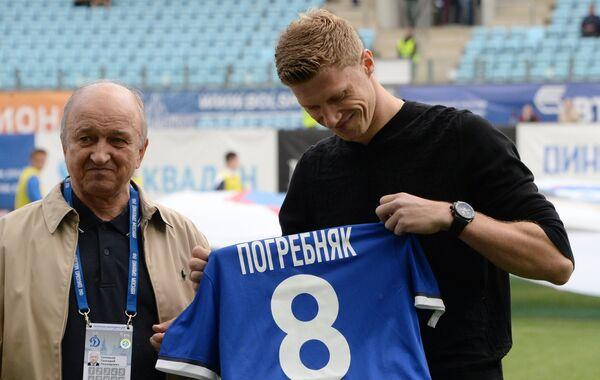 Первый вице-президент ФК Динамо Геннадий Соловьев (слева) вручает футболку нападающему Динамо Павлу Погребняку