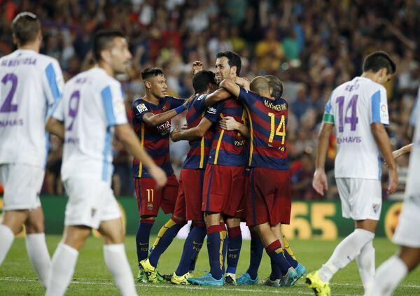 Футболисты Барселоны радуются забитому голу