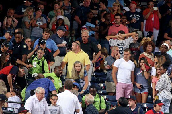Врачи оказывают помощь зрителю во время матча Главной лиги бейсбола (MLB) между Атлантой Брейвз и Нью-Йорк Янкис