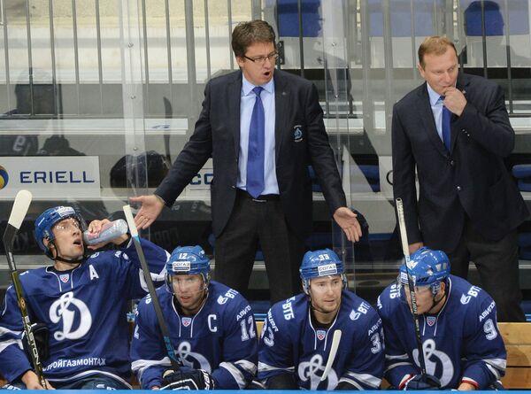 Главный тренер Динамо Харийс Витолиньш (слева), тренер Владимир Воробьев и хоккеисты клуба