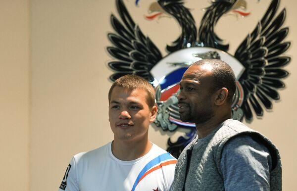 Чемпион мира по версии WBA во втором среднем весе Федор Чудинов (слева) и американский боксер Рой Джонс-младший