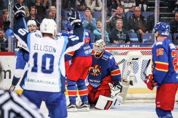Хоккеисты Динамо (Минск) радуются заброшенной шайбе в ворота Йокерита