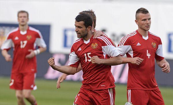 Футболисты сборной Белоруссии Игорь Шитов и Сергей Кисляк (справа налево)