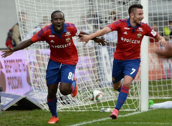 Футболисты ЦСКА Сейду Думбия (слева) и Зоран Тошич