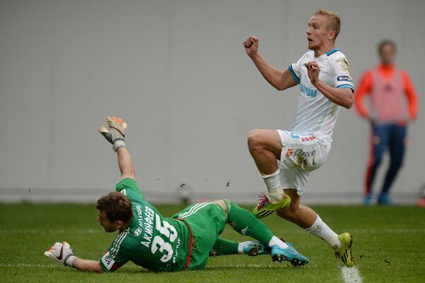 Вратарь ЦСКА Игорь Акинфеев (слева) и защитник Зенита Виктор Файзулин