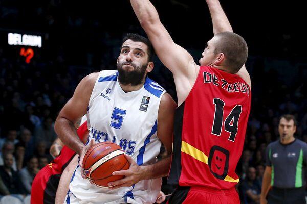 Центровой сборной Греции по баскетболу Яннис Бурусис (слева)