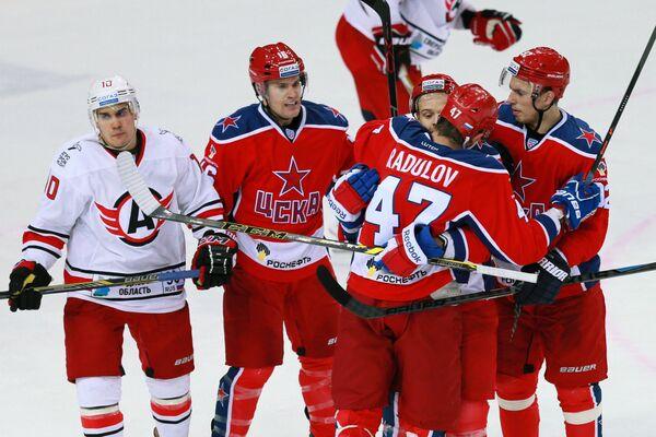 Хоккеисты ЦСКА поздравляют Александра Радулова (справа на первом плане) с забитой шайбой