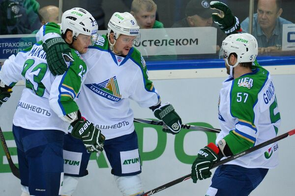 Хоккеисты Салавата Юлаева Дмитрий Макаров, Иван Вишневский, Максим Гончаров (слева направо) радуются забитой шайбе
