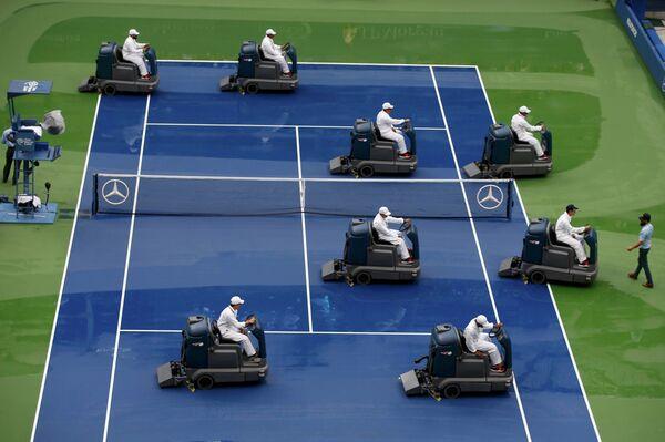 Подготовка корта к финальному матчу мужского финала U.S. Open - 2015