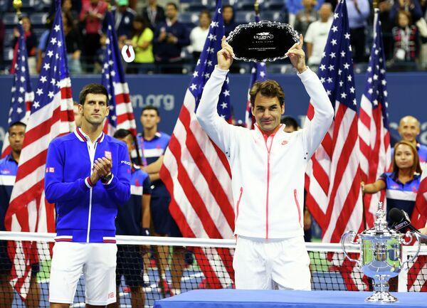 Новак Джокович (слева) и Роджер Федерер во время церемонии награждения US Open-2015
