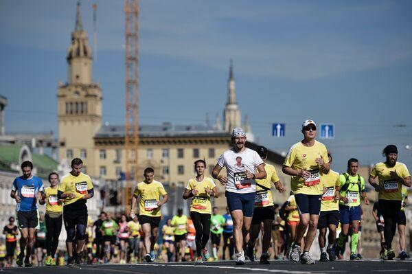 Участники на дистанции Московского марафона 2015