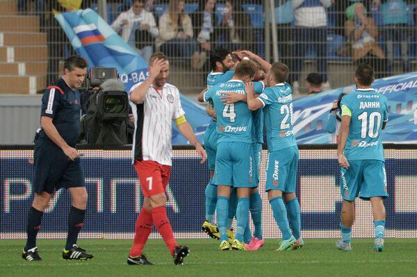 Игроки ФК Зенит радуются забитому голу