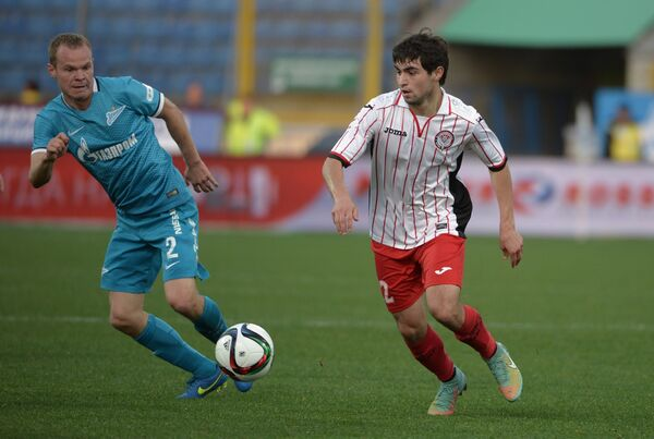 Защитник ФК Зенит Александр Анюков (слева) и полузащитник ФК Амкар Алихан Шаваев