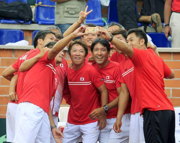 Селфи японских теннисистов после победы в матче Кубка Дэвиса с Колумбией