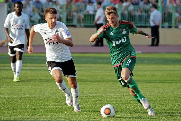 Полузащитник Торпедо Артём Воронкин (слева) и полузащитник Локомотива Максим Григорьев