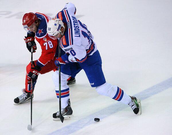 Форвард ЦСКА Максим Мамин (слева) и нападающий СКА Юаким Линдстрём