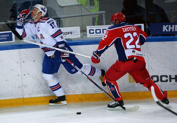 Форвард СКА Илья Ковальчук (слева) и защитник ЦСКА Никита Зайцев