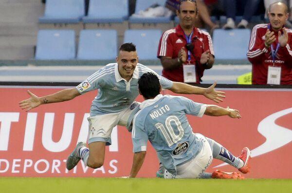 Футболисты Сельты Яго Аспас (слева) и Нолито радуются забитому голу