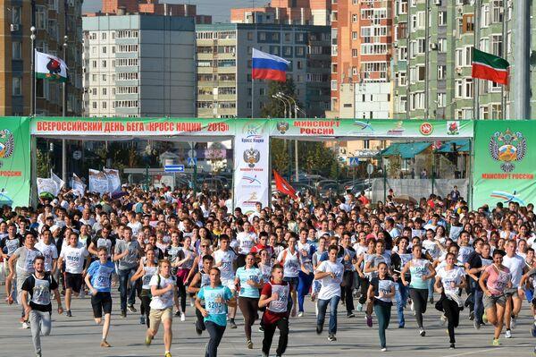 Участники массового забега Кросс нации-2015 у стадиона Казань Арена в Казани