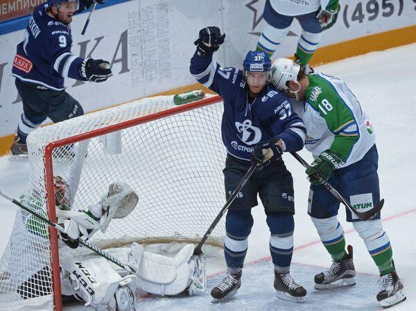 Игровой момент матча Динамо (Москва) - Салават Юлаев