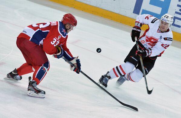Защитник ХК ЦСКА Юрий Сергиенко (слева) и форвард ХК Авангард Александр Черников