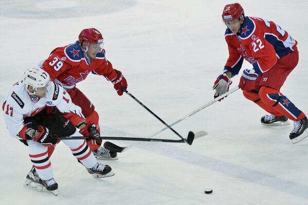 Игроки ХК ЦСКА Никита Зайцев и Ян Муршак и форвард ХК Авангард Владимир Соботка (справа налево)