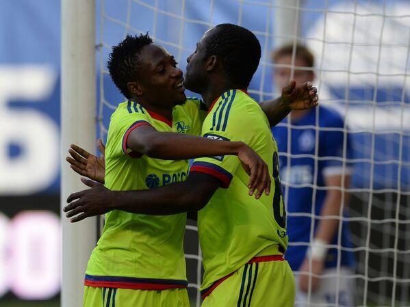 Футболисты ЦСКА Ахмед Муса (слева) и Сейду Думбия радуются забитому голу