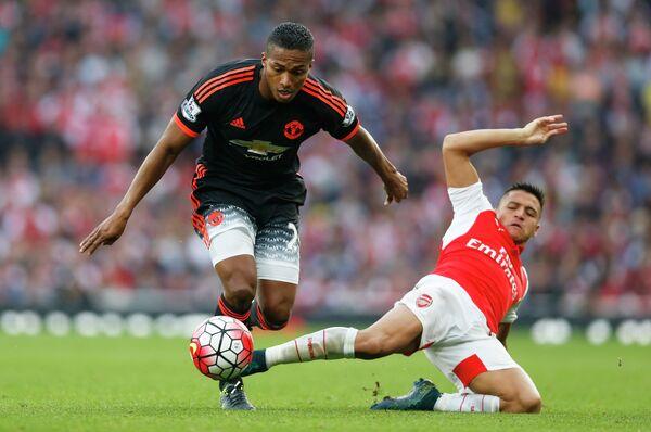 Полузащитник Манчестер Юнайтед Антонио Валенсия и нападающий Арсенала Алексис Санчес (справа)
