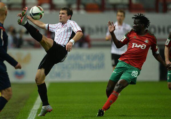 Форвард Амкара Александр Прудников (слева) и полузащитник Локомотива Дельвин Ндинга