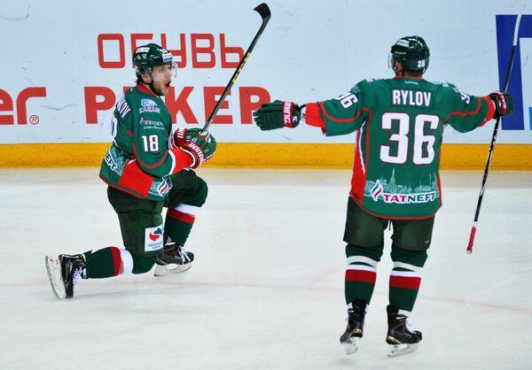 Хоккеисты Ак Барса Михаил Варнаков (слева) и Яков Рылов радуются забитому голу