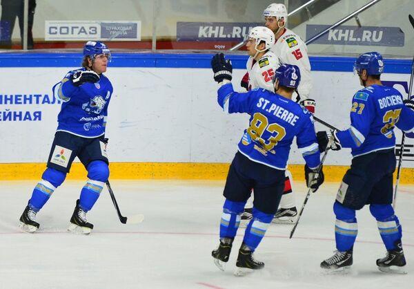 Хоккеисты Барыса радуются заброшенной шайбе в ворота Кузни