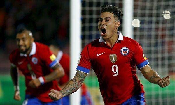 Форвард сборной Чили Эдуардо Варгас празднует забитый гол в ворота команды Бразилии